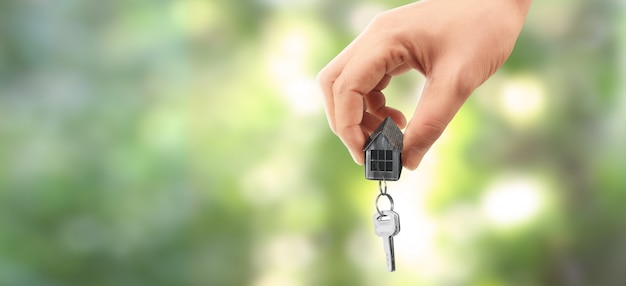Agente immobiliare che consegna le chiavi della casa a disposizione