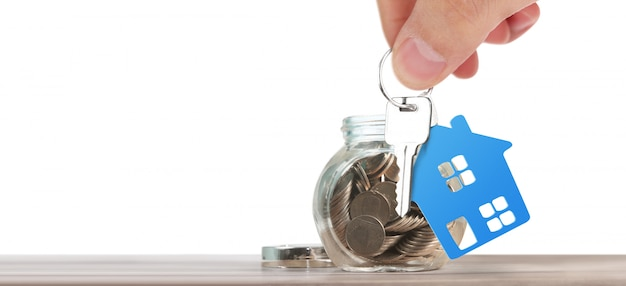 Agente immobiliare che consegna le chiavi di casa in una mano