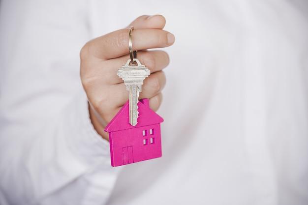 Agente immobiliare che consegna le chiavi di casa