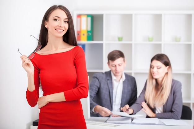 Agente immobiliare che presenta un contratto per investimenti immobiliari a proprietari futuristi