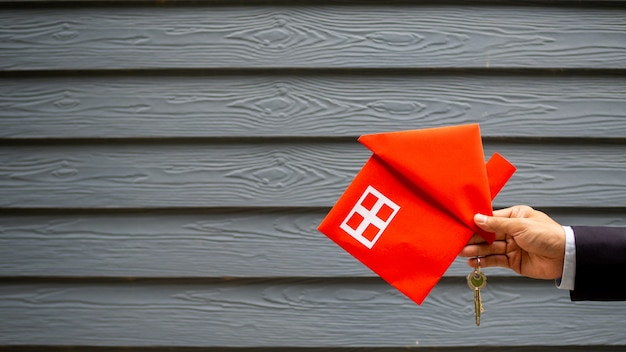 Agente immobiliare che tiene casa e chiave