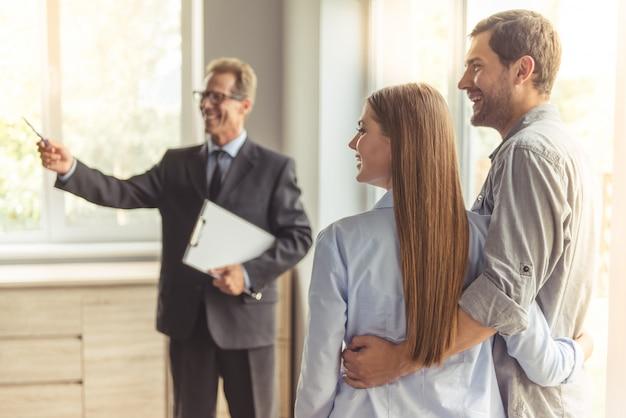 Agente immobiliare in abito classico e occhiali è in possesso di un blocco note