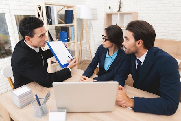 Agente immobiliare mostra su tablet con l'ultimo prezzo per un appartamento.