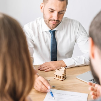 Agente immobiliare parlando con coppia