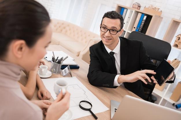 Agente immobiliare rappresentativo aiuta la giovane famiglia a vendere la casa.