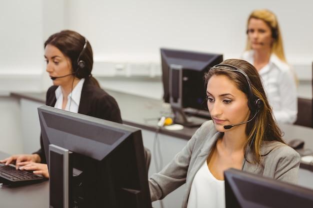 Agenti del call center che parlano sull'auricolare