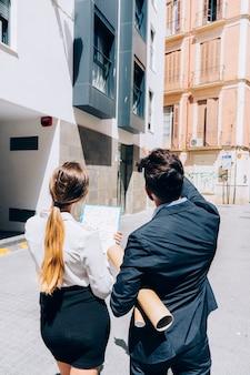 Agenti immobiliari al lavoro all'indietro