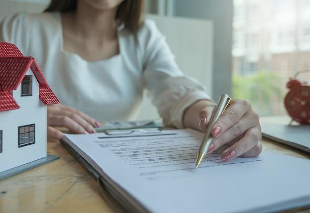 Agenti immobiliari che discutono di prestiti e tassi di interesse per l'acquisto di case per i clienti che vengono in contatto. concetti di contratto e accordo.