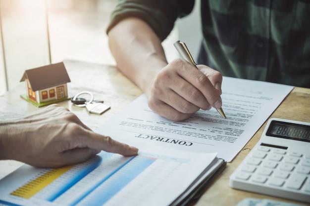 Agenti immobiliari che discutono di prestiti e tassi di interesse per l'acquisto di case