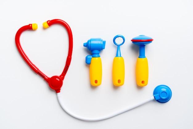 Aggiusti il giocattolo stabilito per il bambino nel concetto creativo di istruzione nella disposizione piana
