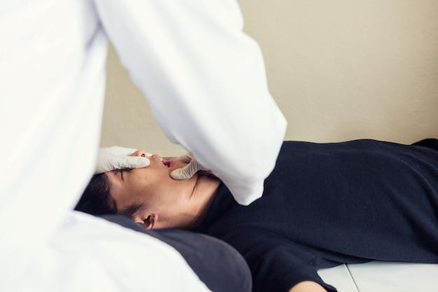 Aggiusti la bocca aperta dell'uomo dipendente per controllare le pillole