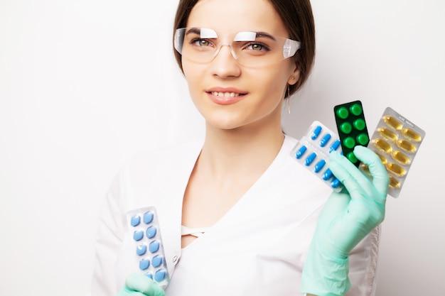 Aggiusti la femmina nelle pillole della tenuta della clinica per trattare i problemi sessuali negli uomini