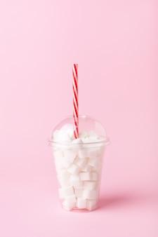 Agitare il bicchiere pieno di zollette di zucchero