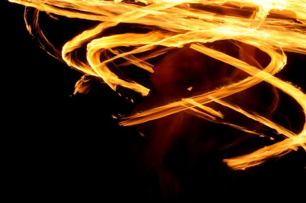 Agitare il dolore con la luce del fuoco durante la notte