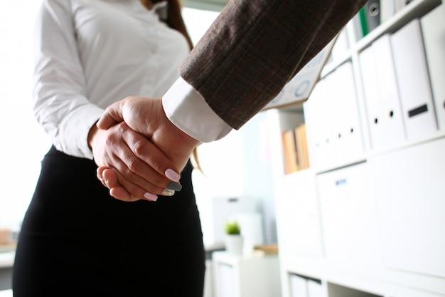 Agitazione delle mani della gente di affari