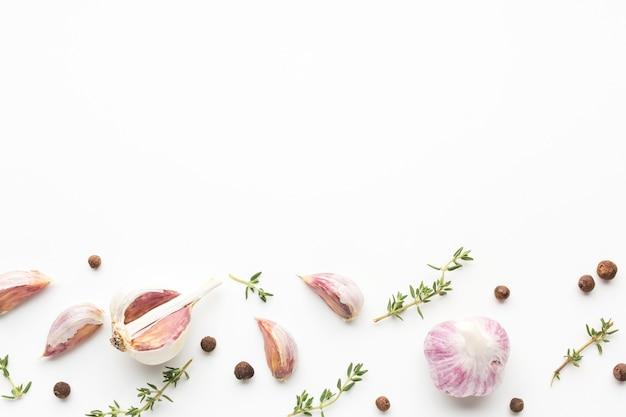 Aglio ed erbe con copia-spazio sul tavolo