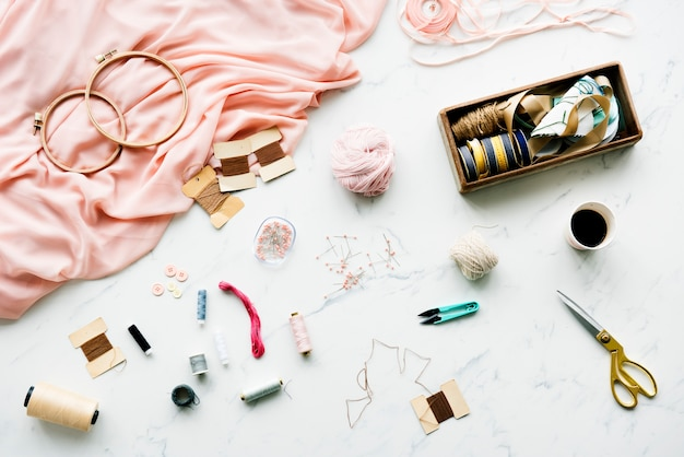 Ago per cucire oggetti fatti a mano sul tavolo di marmo
