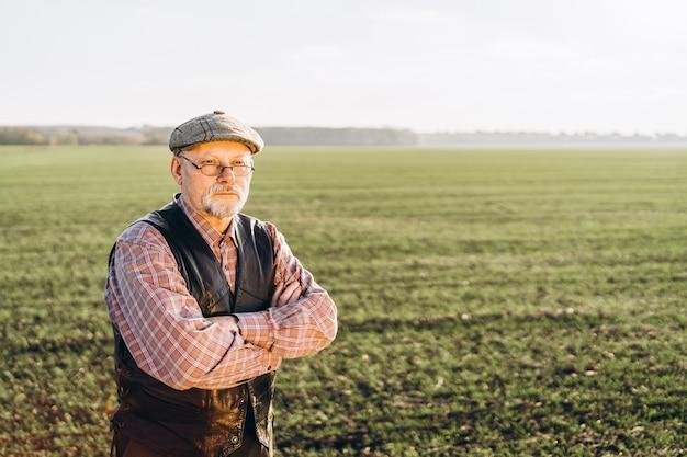 Agricoltore adulto che controlla le piante nella sua fattoria.