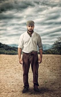 Agricoltore arrabbiato su una terra vuota