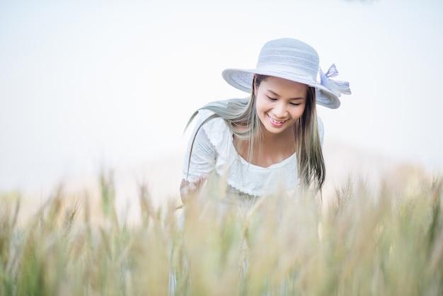 Agricoltore vietnamita raccolto di grano