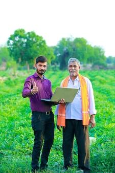 Agronomo indiano con contadino in campo