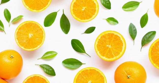 Agrumi arancio freschi con le foglie isolate su bianco.