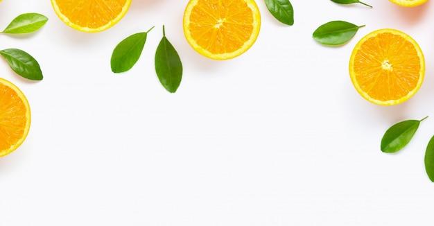 Agrumi arancio freschi con le foglie isolate su fondo bianco.