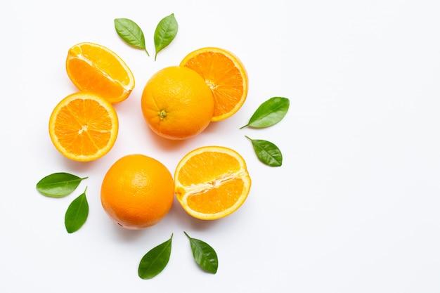 Agrumi arancio freschi con le foglie isolate su fondo bianco