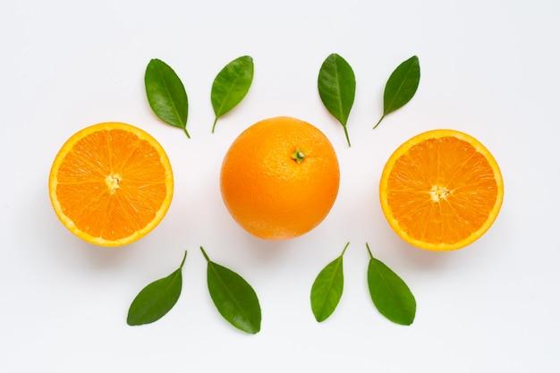 Agrumi arancio freschi con le foglie isolate