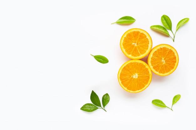 Agrumi arancio freschi con le foglie isolate.