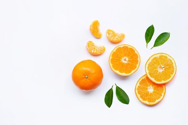 Agrumi freschi arancioni su bianco.
