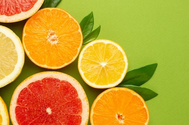 Agrumi, frutta piatta, composizione estiva minima con pompelmo, limone, mandarino e arancia