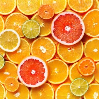Agrumi isolati pezzi di limone, lime, pompelmo rosa e arancio isolato, con tracciato di ritaglio