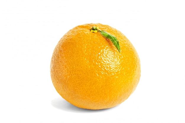 Agrumi mandarino isolati su sfondo bianco