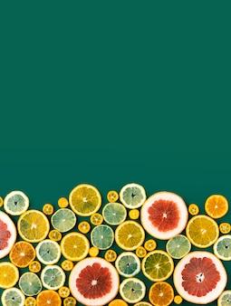 Agrumi misti affettati, concetto di alimentazione sana, disintossicazione, dieta, vista dall'alto e flatlay.