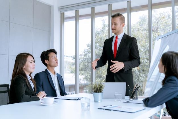 Ai giovani imprenditori viene presentato un progetto di lavoro di marketing al cliente nell'ufficio della sala riunioni