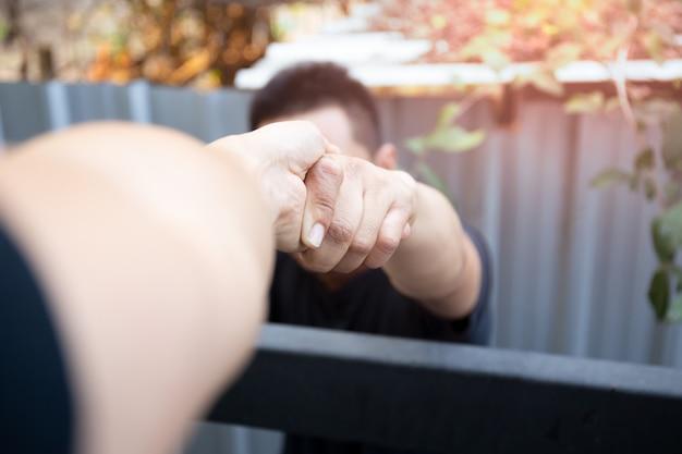 Aiuti le mani di concetto che raggiungono per aiutarsi a vicenda.