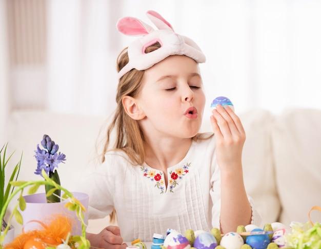 Al bambino piace colorare le uova in modo brillante