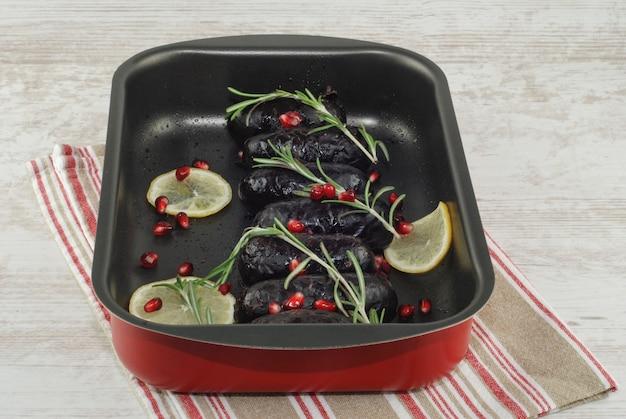 Al forno in sanguinaccio al forno in teglia con limone e rosmarino