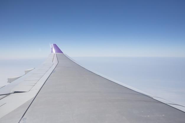 Ala dell'aeroplano contro cielo blu