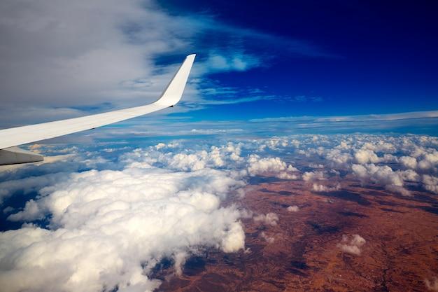 Ala di aereo in un cielo nuvoloso nuvole tempestose