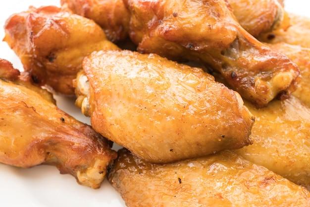 Ala di pollo grigliata barbecue in lamiera bianca
