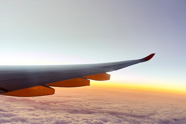 Ala di un aeroplano con il tramonto