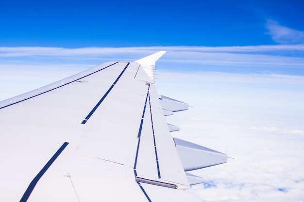 Ala di un aeroplano in volo sopra le nuvole