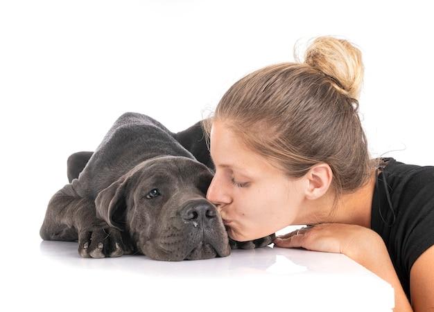 Alano del cucciolo e donna davanti al bianco