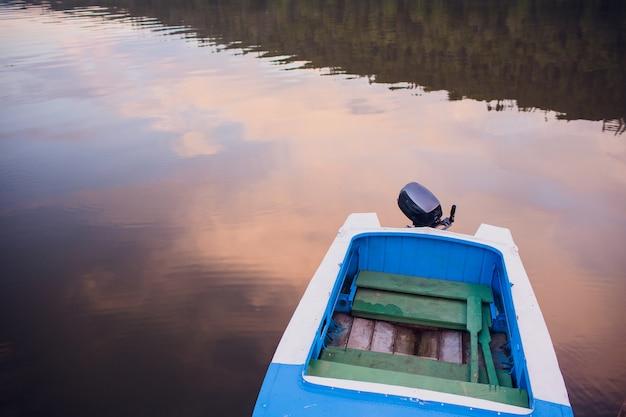 Alba con le barche di legno sul fiume