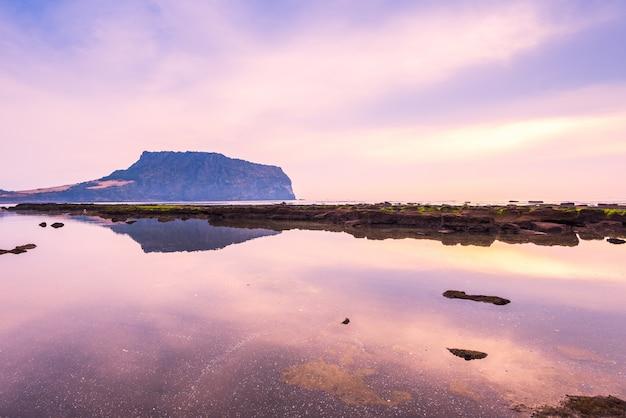Alba di jeju do city a seongsan ilchulbong, jeju island, corea del sud.
