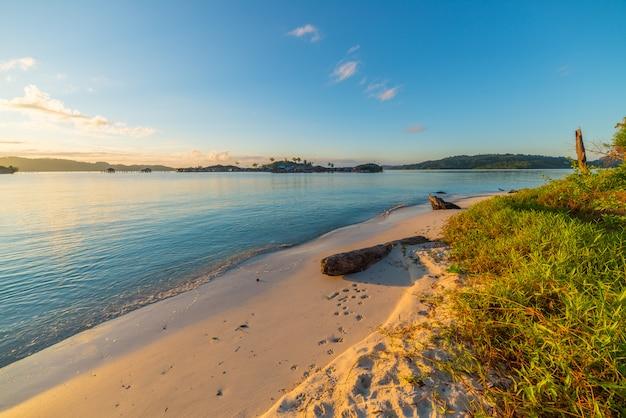 Alba dorata sulla spiaggia deserta