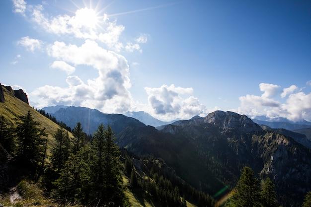 Alba estiva nelle montagne della baviera, germania meridionale
