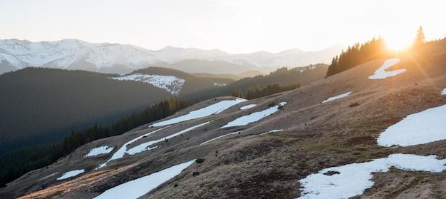 Alba in montagna bellissimo paesaggio naturale